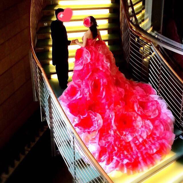 先日アップしたキラキラドレス、会場のライトアップされた階段で の写真はまた違った雰囲気で素敵。 3m幅のトレーンに3mの長さは圧巻です。 こんな は私も初でしたので、かなり製作に時間がかかりました。 お二人の に彩りを添えられて、本当に良かった The other day and up the rhinestone pink dress, in write-up has been the stairs of the venue # fantasticdress photo of nice in a different atmosphere