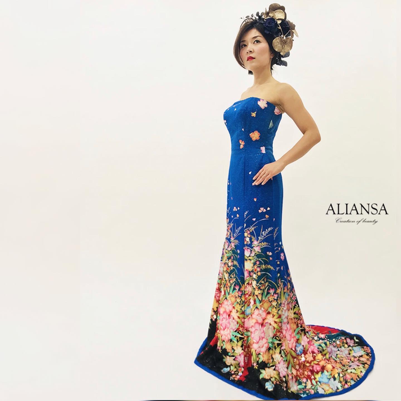 鮮やかなロイヤルブルーの  マーメイドドレス  トレールがあるから  ラインがよりキレイに見えます   このドレスは本振袖で製作しました   色打掛と同じ  結婚式で着る為の着物です   裾には綿が入っています   後ろのファスナーで  サイズ調節ができる様に  考えました   軽くて柔らかいから  着易さと  旅行などの持ち運びにも   あなたの好きな色と  似合う色が同じとは限らないから  ドレスは試着してから  似合うか確認して  レンタルor購入する方が安心   **********************  今年の9月と11月には ファッションショーを 予定しています️   モデル募集 各種イベントのご案内は LINE@から発信しています❣️   LINEでお調べの際は @wa-dress をID検索してください。 ID検索をする際は@を忘れずに  メッセージお気軽に送って下さいねー お待ちしております   ️プロフィールからメッセージ下さいませ️ @aliansa