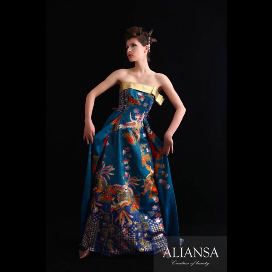 このドレス、ブルーともグリーンとも言えない綺麗な色に金が所々にキラリ。 気に入っていたけど、ドバイの展示会の時にお嫁入りしてしまった。 ドレスは全て一点物で時間をかけて作っているから、子供の様に可愛くて、大切。 幸せになってね
