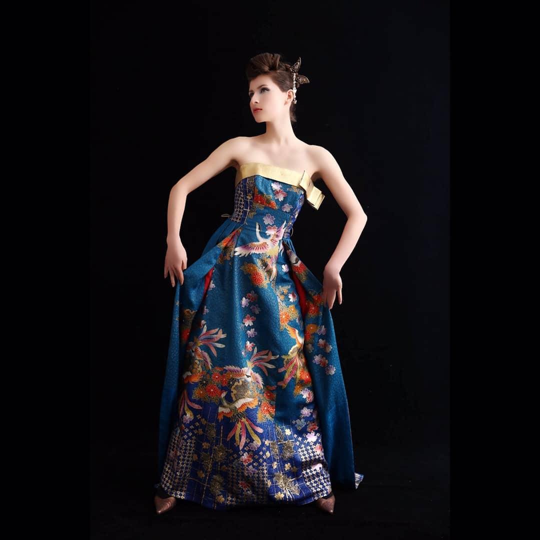 カメラによって色が変わるドレス  私はピーコックカラーと呼んでいます  時には青に、時にはグリーン、 不思議な素材です。  このドレスはドバイで展示会の際、 お客様がご購入下さいました。  ドバイは美しい女性がいっぱいでした。   Hair & Make-Up :  上田 美江子 (Mieko Ueda)  Dress design :  上田 惠衣香 (Eiko Ueda)  プロフィール欄のHPから、 お気軽にお問い合わせください。 DMにてメッセージをお待ちしております   ️プロフィールはこちらから️ @aliansa
