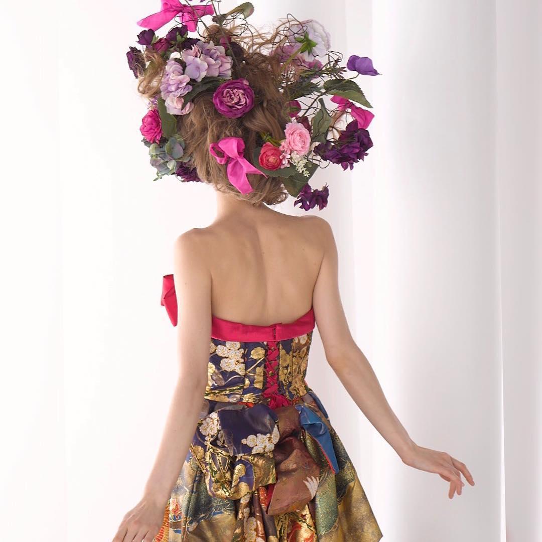【華やかな髪型でインパクトのある結婚式を】  ドレスに合わせた髪型は、 普段の服装で合わせると 小さすぎてしまう傾向があります。  メイクリハでは、 ドレスを着てお写真を撮ることをお勧めいたします。   ドレスは着るだけで細くなるように作られた魔法のドレス。  あなたも奇跡のドレスを着てみませんか? @aliansa