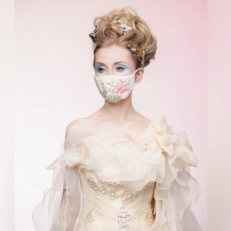 甘い香りがしそうな淡いクリーム色のドレス 優しい色に合わせて作った立体モチーフのマスク