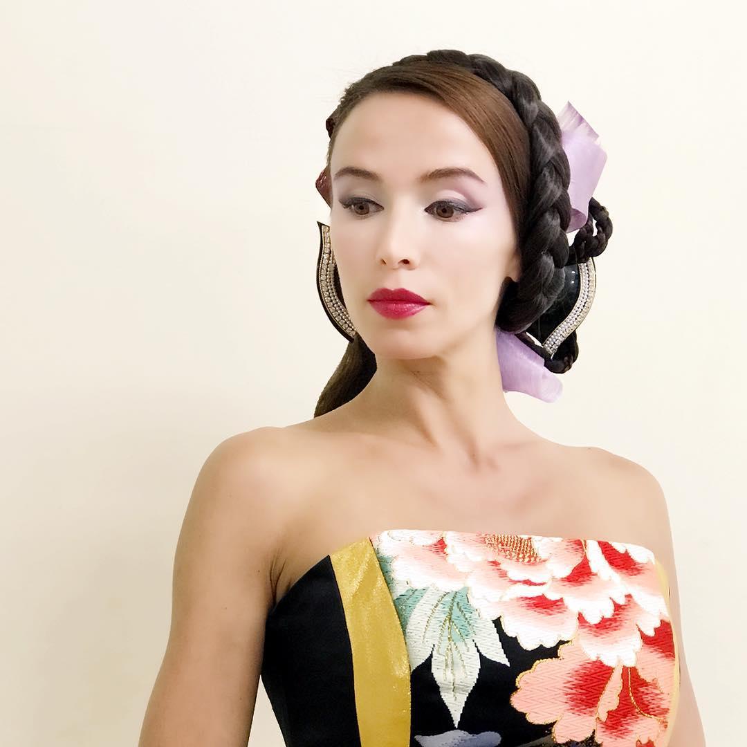 ドレスに合わせたヘアメイク。 色々なアイデアの宝庫。 上田美江子さんのヘアメイクは、エレガントで華やか 美に関するエキスパートが揃えば、それは一つの芸術になる。 ヘアメイク @miekoueda1958