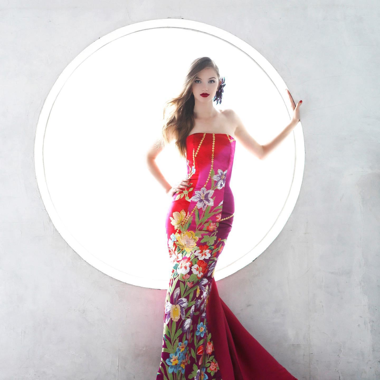 背景がとても素敵な一枚❣️ チェリーピンクのマーメイドドレスは上から下までが一枚のアート