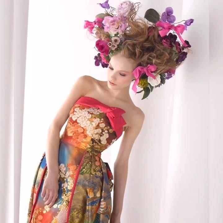 【プチトレーンはレストランウェディングでも、大活躍】  長すぎないトレーンは歩きやすいのに、 特別感があります。  トレーンは短くても 手刺繍の打ち掛けなので、 よく見るほどラグジュアリー感が話題になります。  ドレスは着るだけで細くなるように作られた魔法のドレス。  あなたも奇跡のドレスを着てみませんか? @aliansa