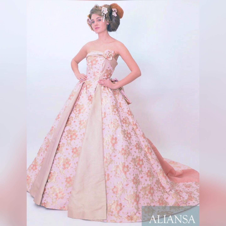 少しスモーキーなピンクが優しい  Aラインのカラードレス   光を控え目にしたゴールドの輝きが  品良くドレスを彩ります   大きめな桜モチーフが  和の雰囲気を醸し出しています   生地の美しさを活かす切り替えにより  大人可愛いドレスになっています    **********************  今年の9月と11月には ファッションショーを 予定しています️   モデル募集 各種イベントのご案内は LINE@から発信しています❣️   LINEでお調べの際は @wa-dress をID検索してください。 ID検索をする際は@を忘れずに  メッセージお気軽に送って下さいねー お待ちしております   ️プロフィールからメッセージ下さいませ️ @aliansa