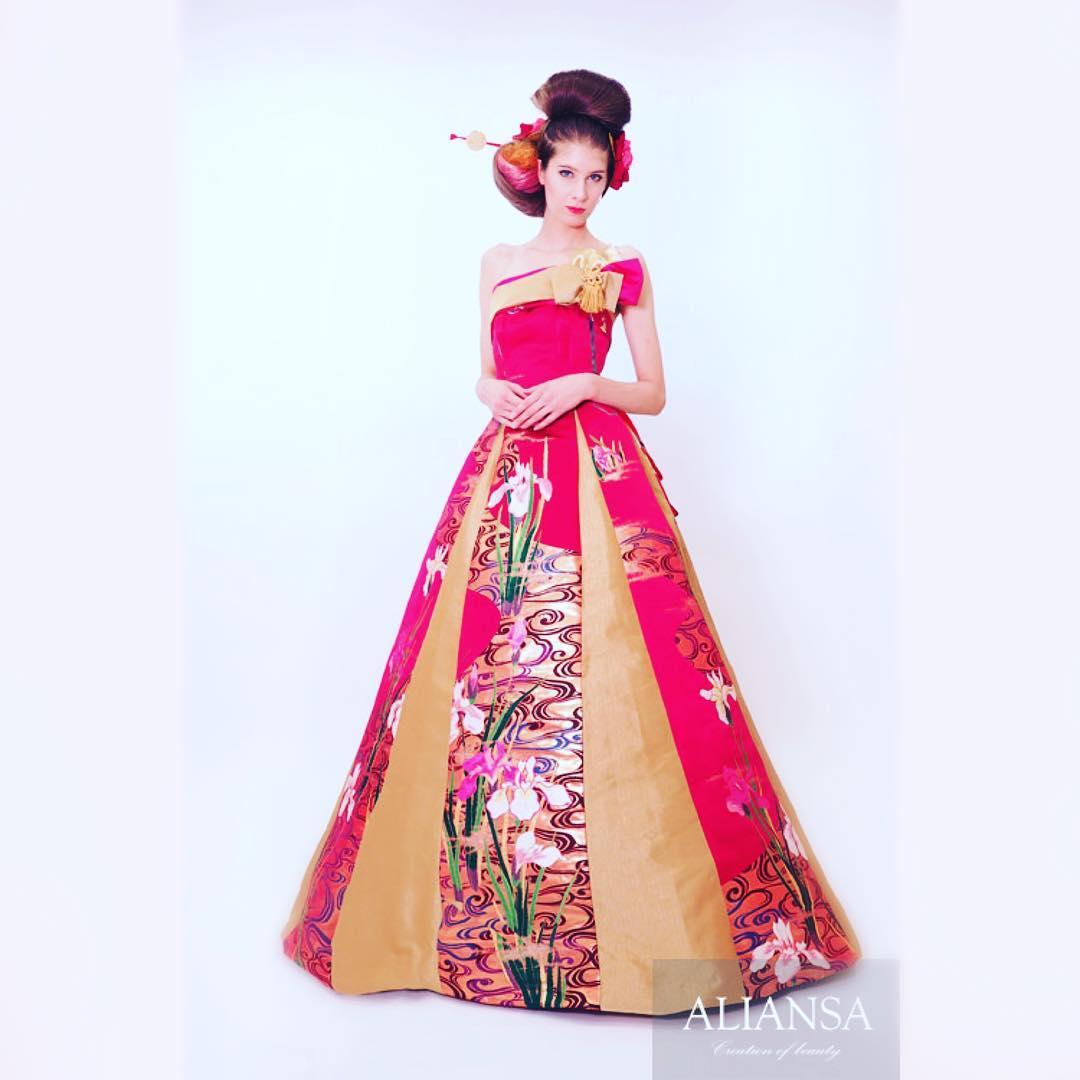チェリーピンクのドレスは、シンプルなAライン つや消しのゴールドでおとなし目の印象に。 Very beautiful She is also a photographer