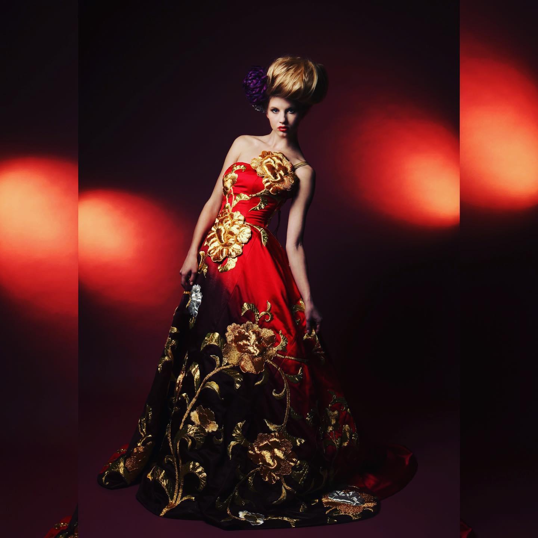 赤と黒のグラデーションがきれいなAラインドレス
