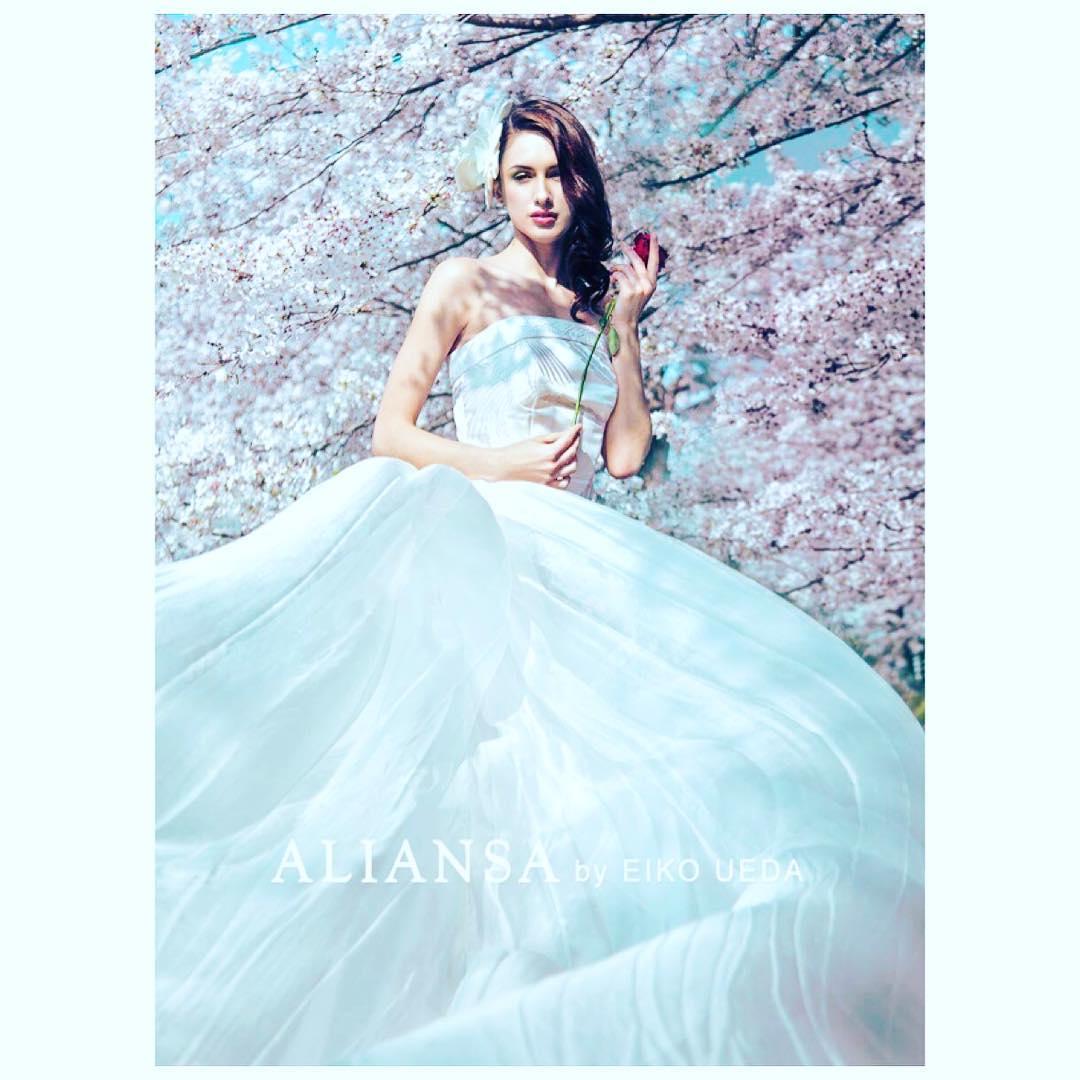 白無垢の素材は光によって柄が浮き立つ美しいシルクのドレス 羽二重という薄絹の生地を風に纏えば華やかな の季節にぴったりのロケーションフォト