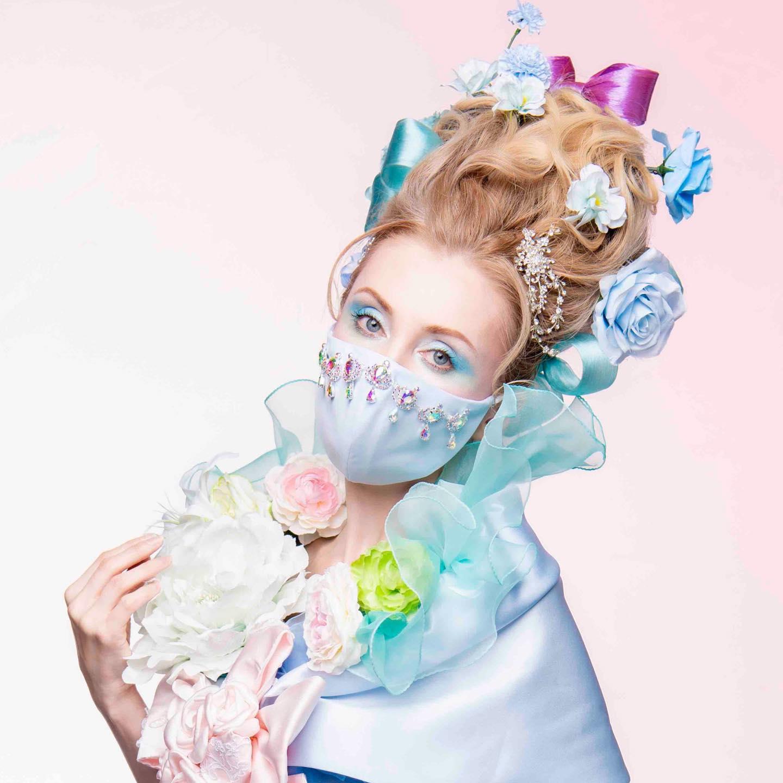 シンデレラのイメージでキラキラ輝くクリスタルガラスをマスクに。揺れるビジューで特別な私の一日 結婚式のお色直しやパーティーで 大注目間違いなし❣のマスクシリーズ シンデレラのようなサックスブルーのドレスに合わせてマスクも同色で作りました ステキな作品と、ドレスを合わせてご紹介していきます🥰 マスクは @madonna