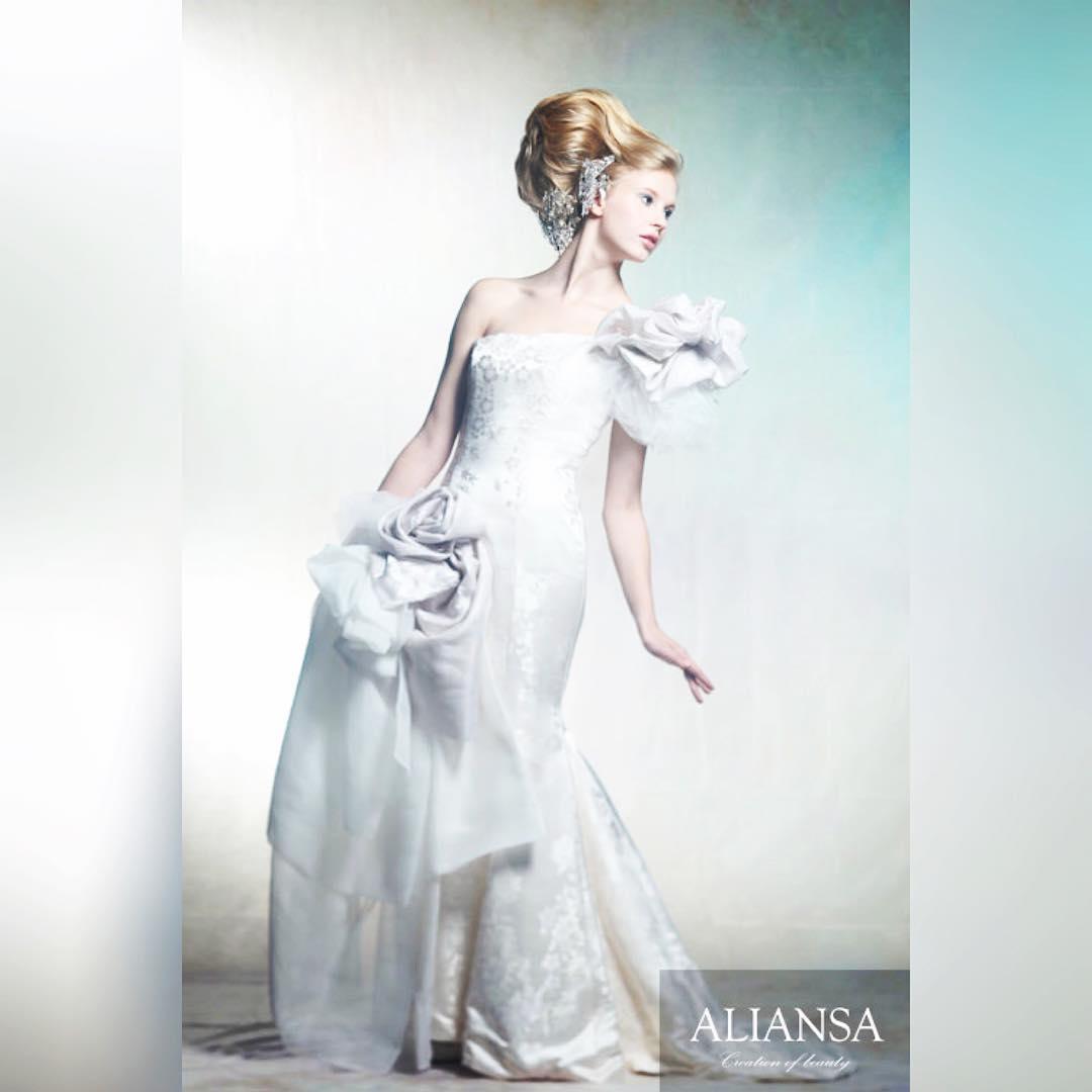 シンプルな白のドレスは白無垢の生地を使用し、光と陰により柄が浮き出る美しさを楽しむ。 装飾はその場で作ったアレンジ。 誰もが美しいドレスを探すけど、 その人の美しさを引き立たせるドレスでなければ意味がない。 自分の美しさに気がつかない人が多い。 アレンジ一つであなたが変わるなら、それは驚きの瞬間になる