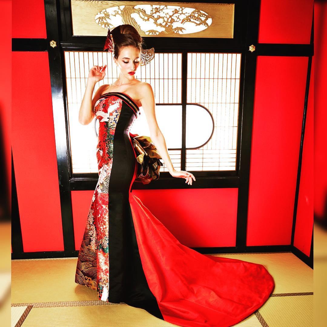 華やかな背景にシンプルなマーメイドドレス。 ・ バックスタイルには鮮やかな赤のスカートです。 ・ スタイルよく見えるのはモデルの体型だけではありません。 ・ その秘密は試着に着てのお楽しみ♪ ・ ・ 着るだけで、スタイル良くなれる、ドレス DMから試着予約ができます。 ・ プロフィールから、ご連絡下さいませ❣️ ・ こちらをクリック @aliansa