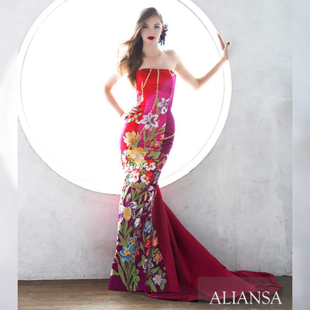 チェリーピンクのマーメイドライン 和ドレス の大人ウエディング はインパクトのある柄でゲストを魅了する。