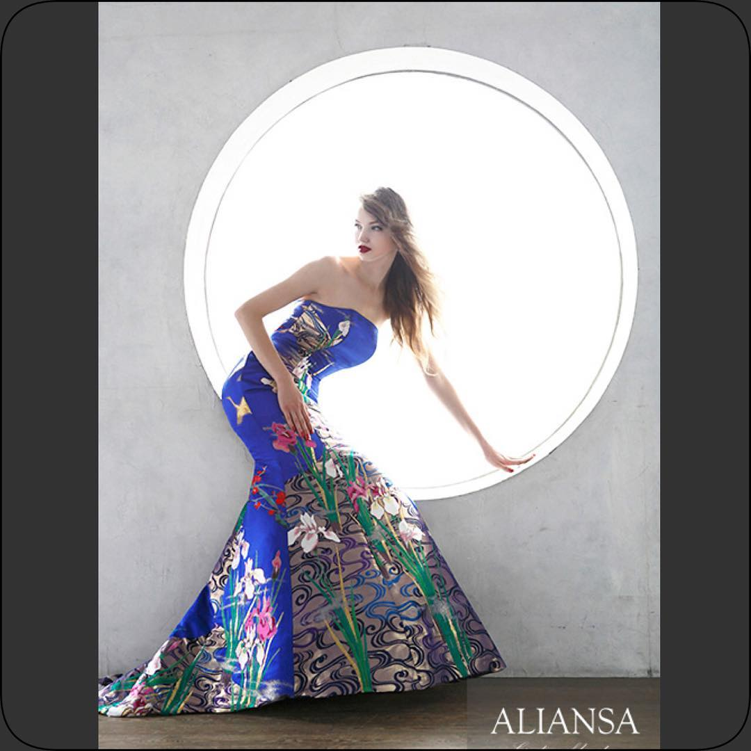 ブルー の 美しいマーメイドドレス 美しい素材だからこそ、シンプルなデザイン にしました。 赤の打ち掛けが多い中、ブルーの打ち掛けは少ないのです。