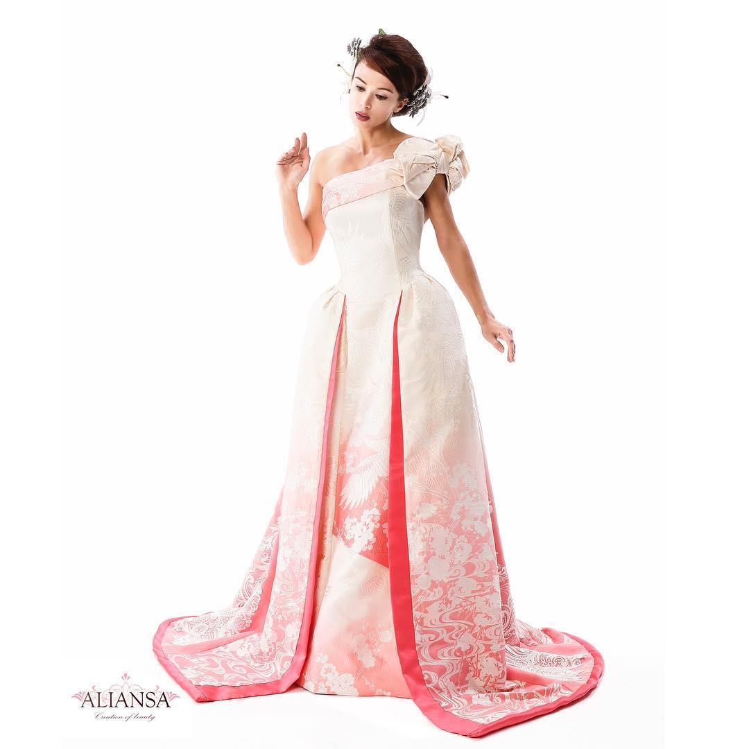 白無垢のグラデーションドレス ・ 先週仕上がったばかりの白無垢のドレスです。 ・ 白無垢と言っても真っ白ではなく、なんとグラデーション ピンクだから上品で優しい感じ♪ ・ そして和のイメージに合ったお引きずりタイプのドレスなので 全体的にもスッキリ見えます。 ・ アリアンサのドレスの特徴は 着るだけで、スタイル良くなれるドレス ・ スタイルよく見えるのはご本人の体型だけではありません。 ・ その秘密は試着をしてのお楽しみ♪ ・ DMから試着予約ができます。 ・ プロフィールから、DMにてご連絡下さいませ❣️ ・ こちらをクリック @aliansa