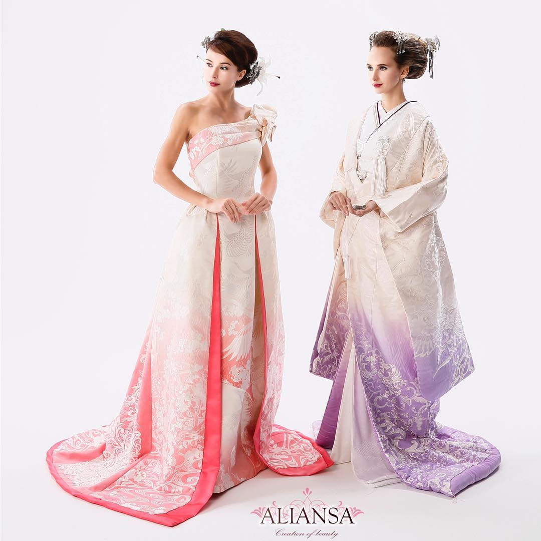 白無垢のグラデーションドレス ・ 先週仕上がったばかりの白無垢のドレスです。 ドレスと着物バージョン どちらがお好き? ・ 白無垢の部分染めはめったにお目にかかれない美しい白抜きの柄 ピンクとフジ色の淡い色が素敵でしょ? ・ 打ち掛けに似せたお引きずりタイプのドレスは 和と洋の融合❣ ・ 髪型もシンプルに仕上げました 白抜きの柄とビーズとスパンコールのついたレースが 交互に配置されています ・ ・ アリアンサのドレスの特徴は 着るだけで、スタイル良くなれるドレス ・ スタイルよく見えるのはご本人の体型だけではありません。 ・ その秘密は試着をしてのお楽しみ♪ ・ DMから試着予約ができます。 ・ プロフィールから、DMにてご連絡下さいませ❣️ ・ こちらをクリック @aliansa