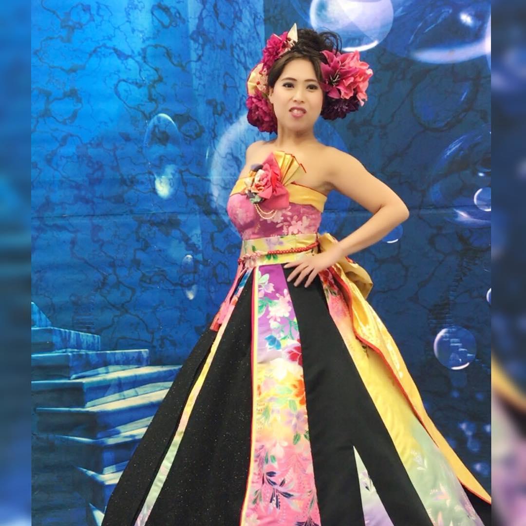 撮影試着会、 カラフルなレインボーのAラインの和ドレス ・ モデルは @c