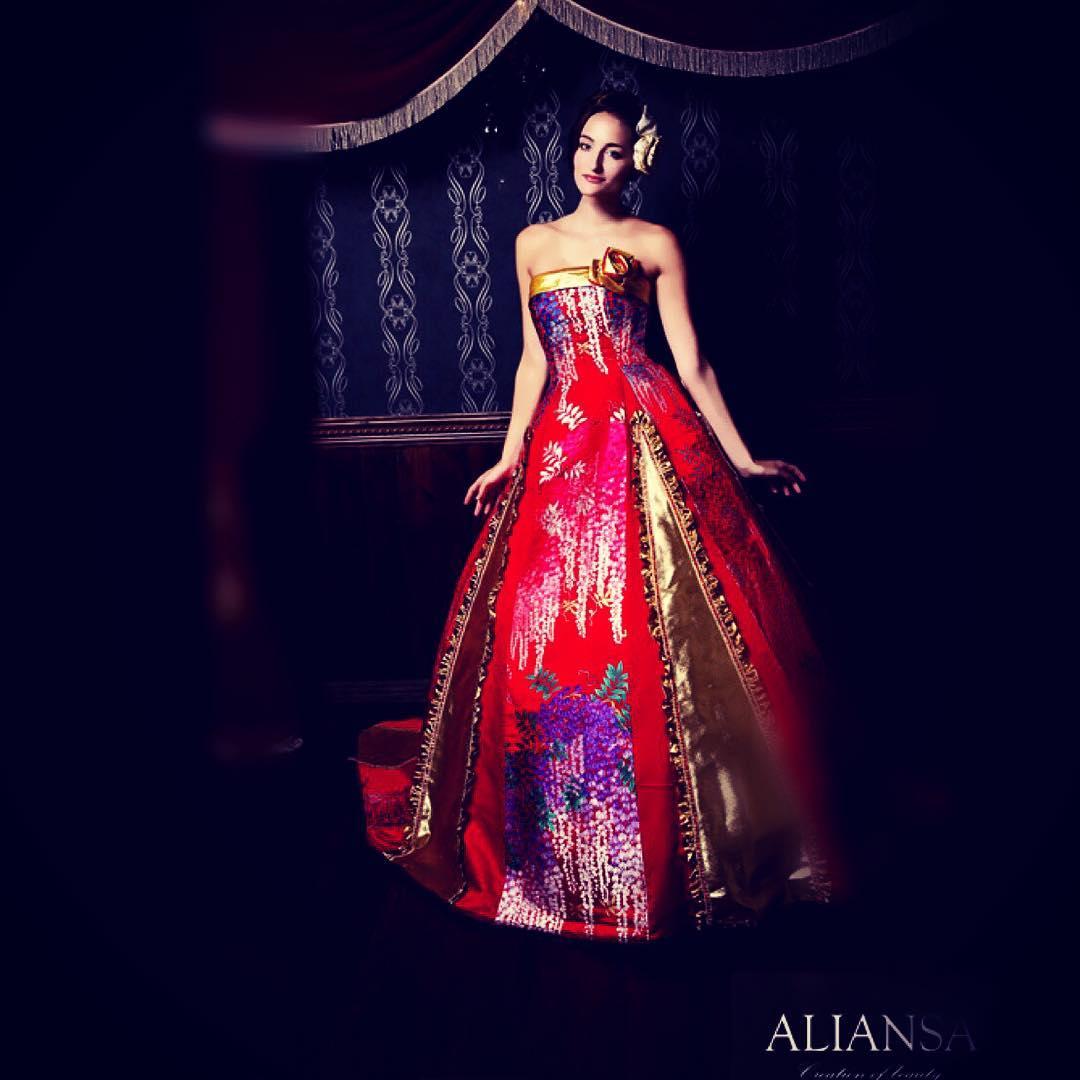 カッコいいイメージやデザインを中心に製作している和ドレスの中ではちょっと珍しくフリルなど入れて可愛い感じにしてみました。