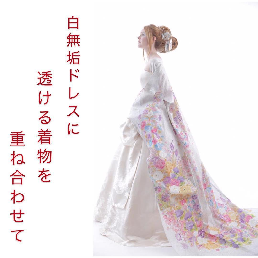 白無垢ドレスの上に、  オーバードレス風に  透ける着物を重ね合わせると  簡単にカラードレスの様に変わります。   シンプルなドレスに  華やかな髪型で、  あなた自身が一層引き立ちます。   一つのデザインで  色々な変化を見せる、  ゲストへのサプライズ️   お祝いする側も、  お祝いされる側も  楽しんで、  喜ばれて、  みんなが幸せ   アイディアいっぱい、  ドレスはデザイン違いが100着以上。   ご相談はお正月中でもOK❣️  気軽にDM下さい  @aliansa