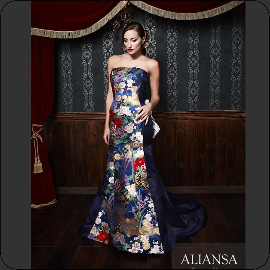 濃紺の静かな華やかさが 上品 なドレス 大人ウエディング ならではの落ち着いた雰囲気が魅力。 和ドレス は鮮やかなものばかりではなく、こんな色合いは派手すぎない 装いを求めている方のお気に入り