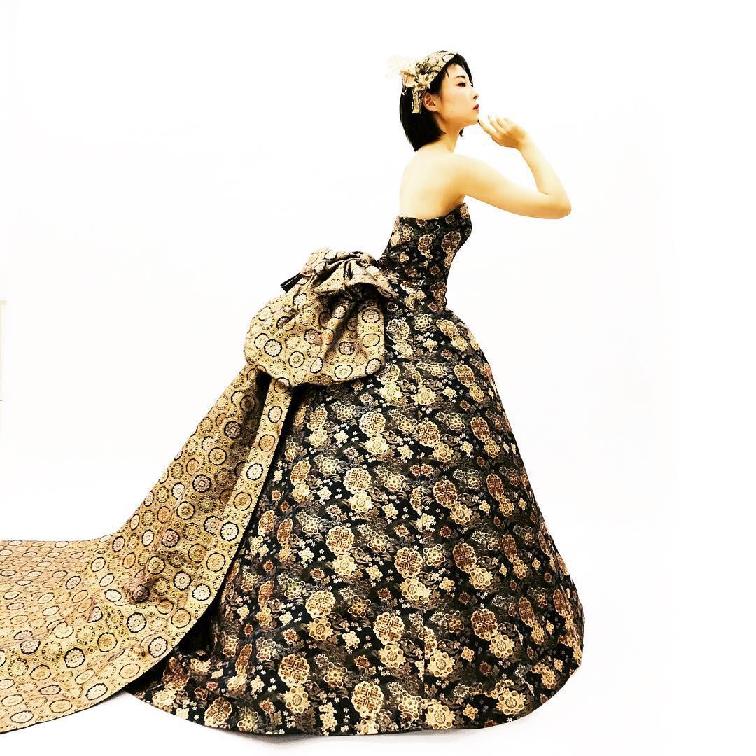 【落ち着いた色合いのドレス】 全体的に落ち着いた色合いの中に、渋めゴールドが静かな光沢を放ってしております この素材は映画「ラストサムライ」でトムクルーズが着用した衣装と同じ生地を使用しております ドレスはシンプルなAラインですが 大きな帯を使用することによってゴージャスさを出しています 着るだけで細く見える様に作られたドレスを作っています。 モデル @himawariyamashita 試着はDMからもオッケーです @aliansa