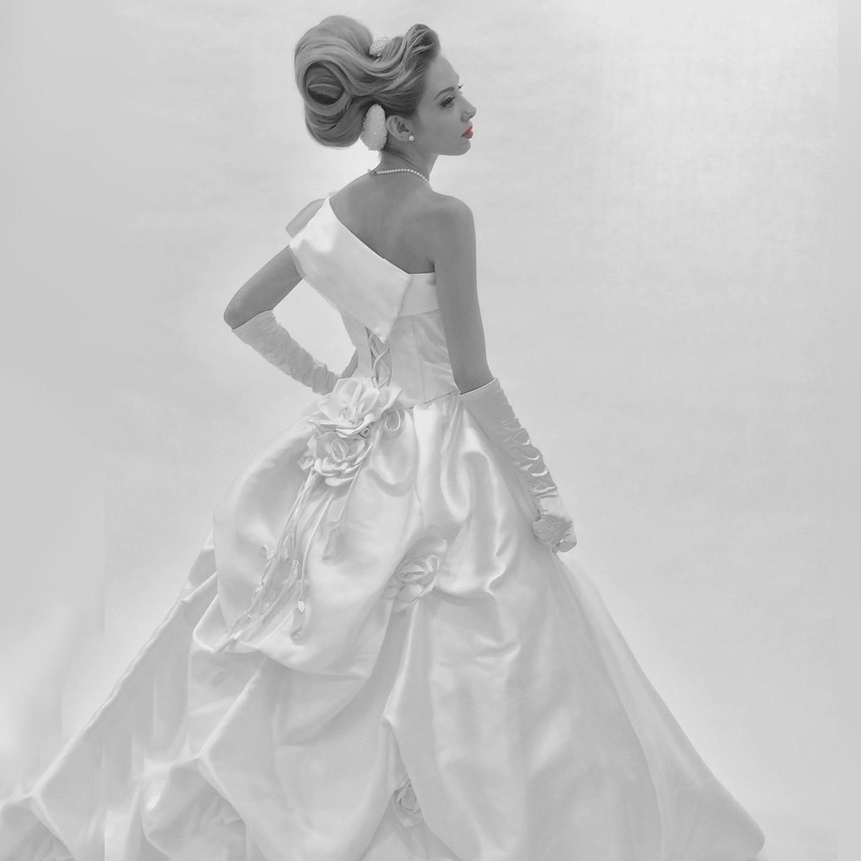 Aラインドレス・・・ 大人の女性のドレスは素材にこだわる シンプルなデザインなら、尚更良い素材を選びたい。 ドレスのデザインに合わせて、装飾も変える。 結婚式、披露宴、二次会と、3種のデザインに変わるなら、ドレスは1着だけでいい だからこそ、こだわりのドレスを作りたいの。 私の好きなデザインで、シルエットで、素材で選ぶドレス