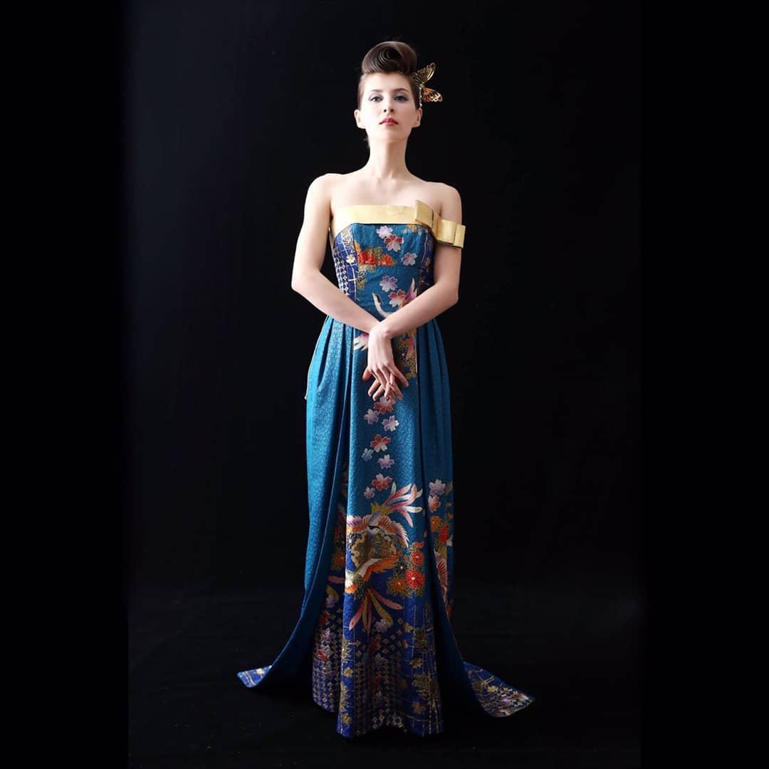 カメラによって色が変わるドレス  私はピーコックカラーと呼んでいます  時には青に、時にはグリーン、 不思議な素材です。  このドレスはドバイで展示会の際、 お客様がご購入下さいました。  ドバイは美しい女性がいっぱいでした。   Hair & Make-Up :  上田 美江子 (Mieko Ueda)  Dress design :  上田 惠衣香 (Eiko Ueda)  プロフィール欄のHPから、 お気軽にお問い合わせください。 DMにてメッセージをお待ちしております  @aliansa