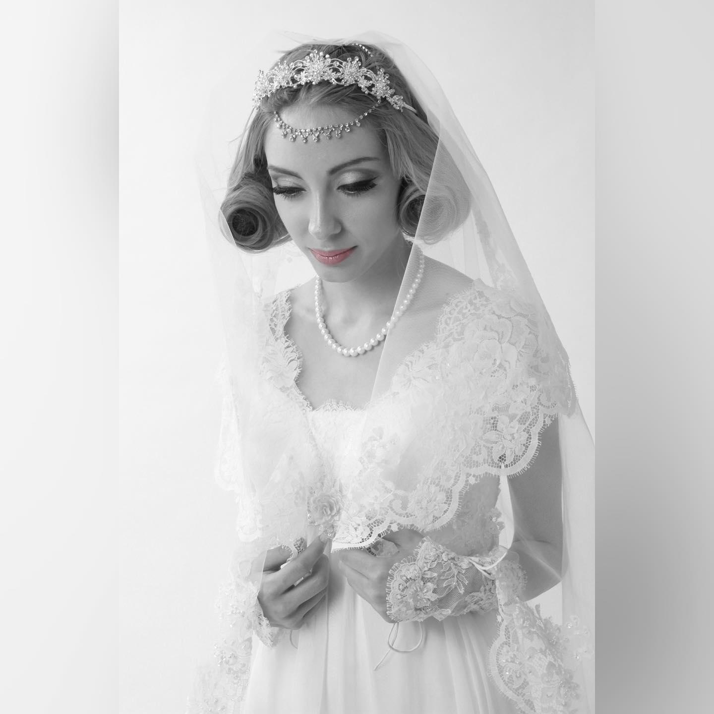 クラシカルなイメージのドレス写真を白黒にしてみました 清楚な花嫁さんの雰囲気を出したくて・・・