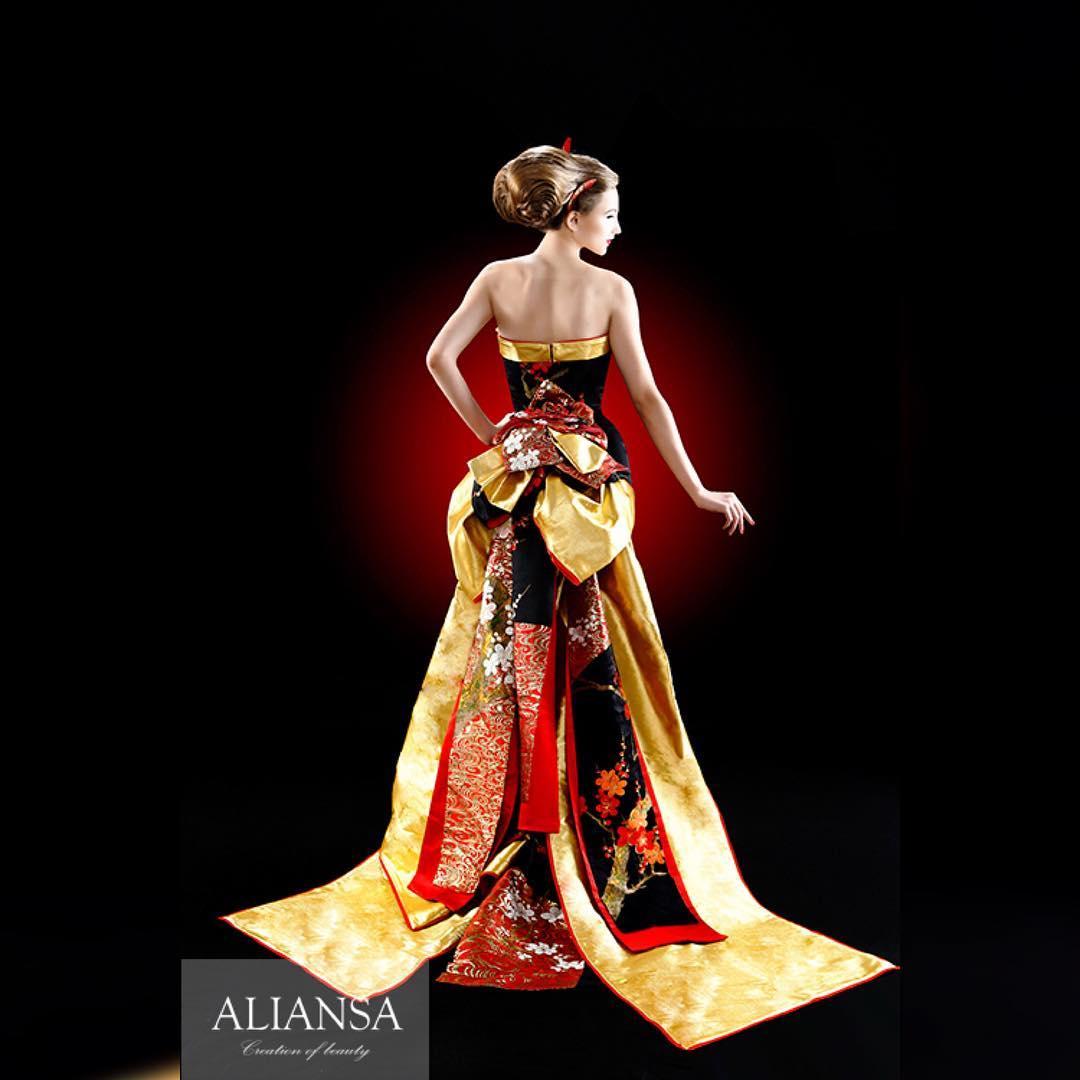 結婚式 では後ろ姿 だって華やかにしたい。 マーメイドライン って、こじんまりとまとまるイメージだけど、こんなデザインはいかが? 和ドレス ならではの華やかなゴールドは ALIANSA の為に京都の職人さんに特別仕様で織ってもらっているもの。 大人ウエディング はスタイルだけではなく、生地のこだわりも一味違う。