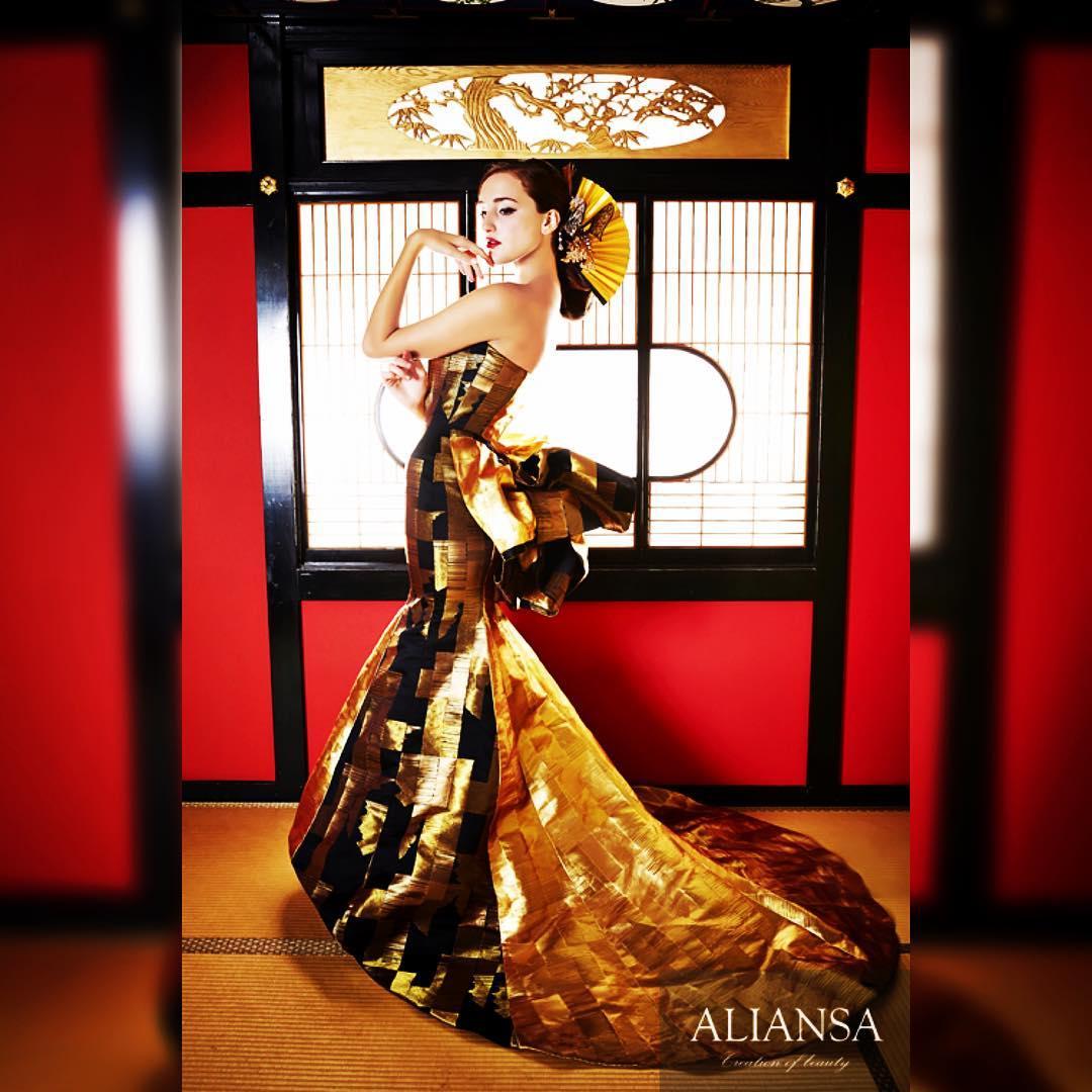 ゴールドと黒のマーメイドドレスは、 他の色がない分ラインが引き立つので、かなりウエストを意識したパターンで製作。 ステキな写真が撮れるドレスです。