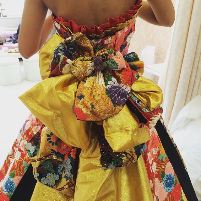 ドレスにつけた 華やかな組み合わせは にして に お客様のイメージに合わせてその場でピンで作った帯です。 あなただけのオリジナルオリエンタルビューティーを体感してみませんか? アリアンサ TEL 042-637-1231