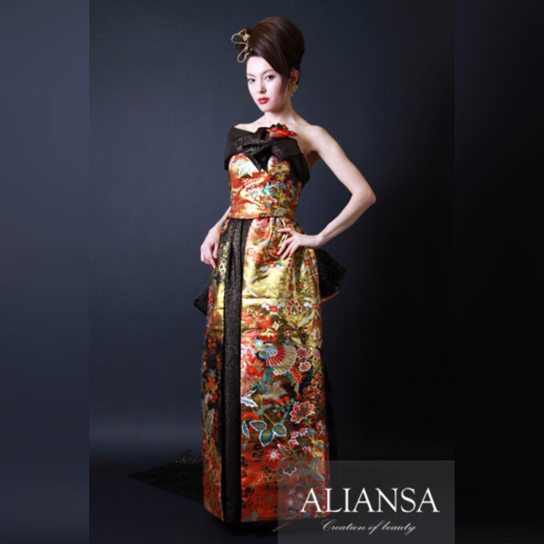 パーティーに着るドレスは  どんなデザインがお好きですか?   落ち着いたロングドレス?  それともかなり目立つ個性的なドレス?   アシンメトリーのデザインは  インパクトがあります   抑えめな色でも  ゴールドが所々に散りばめられて  華やかに仕上げました️  **********************  今年の9月と11月には ファッションショーを 予定しています️   モデル募集 各種イベントのご案内は LINE@から発信しています❣️   LINEでお調べの際は @wa-dress をID検索してください。 ID検索をする際は@を忘れずに  メッセージお気軽に送って下さいねー お待ちしております   ️プロフィールからメッセージ下さいませ️ @aliansa