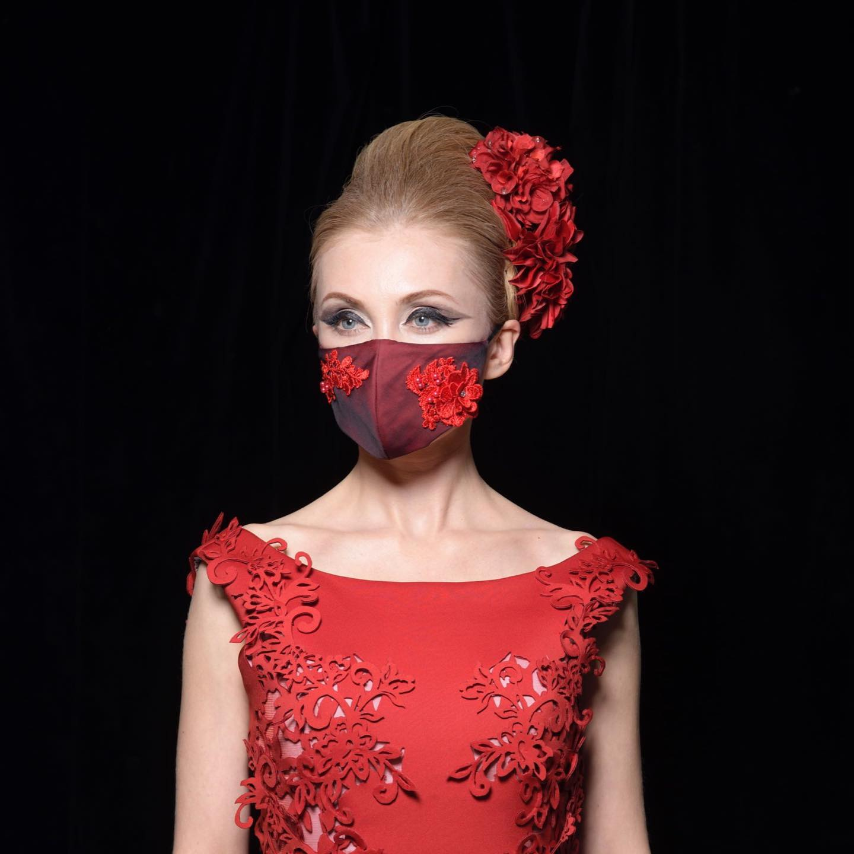黒で赤を抑えた二重生地で微妙な色合いが生まれる。私の中の二面性をそっと覗けたら不思議な世界にたどり着く