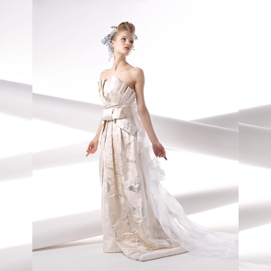 【白無垢を折り紙をイメージして仕立てたドレス】  シルバーの糸が織り込まれた素材は、 シンプルだからこそ、個性が際立ちます。  ドレスは着るだけで細くなるように作られた魔法のドレス。  あなたも奇跡のドレスを着てみませんか? @aliansa