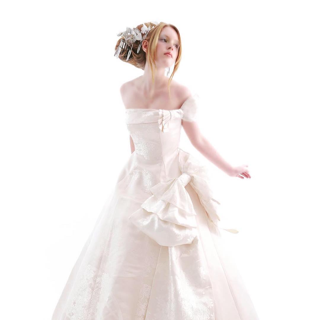 和婚が見直されて、  和装を検討される方も多くなってきました。    でも・・・  かつらはつけたくない!  という方も多いですよね。    実際に私も一回目の結婚式で   頭に合わないかつらをつけたら   重いし、   なんと言っても   似合わない!!  和装はかつらじゃなくても良いけど  せっかくだから綿帽子なんか素敵だよね。    と思ってたのに、  THE・日本髪のかつらだった。    白無垢なら、  綿帽子がかぶってみたかった。    ところで、  綿帽子ってなんで自立しているかご存知ですか?    実は中に孔雀の羽のようなワイヤー  (綿帽子キーパー)があって  それで立たせているんですよ。     結婚式って、  人生の中で何度もあるものではないので  知らないこと、たくさんあるんですよね。     そんな結婚式で、  和装も洋装も着たい  でも着替える時間がない   という方に是非ご紹介したいのが  白無垢ウェディング    品のあるシルクの白無垢は  格式のあるドレスとしても評価が高い   更に普通にウェディングドレスドレスとして着る   シンプルだからこそご本人を引き立てます。   ご試着、ご相談はお正月中でもOK❣️  気軽にDM下さい  @aliansa