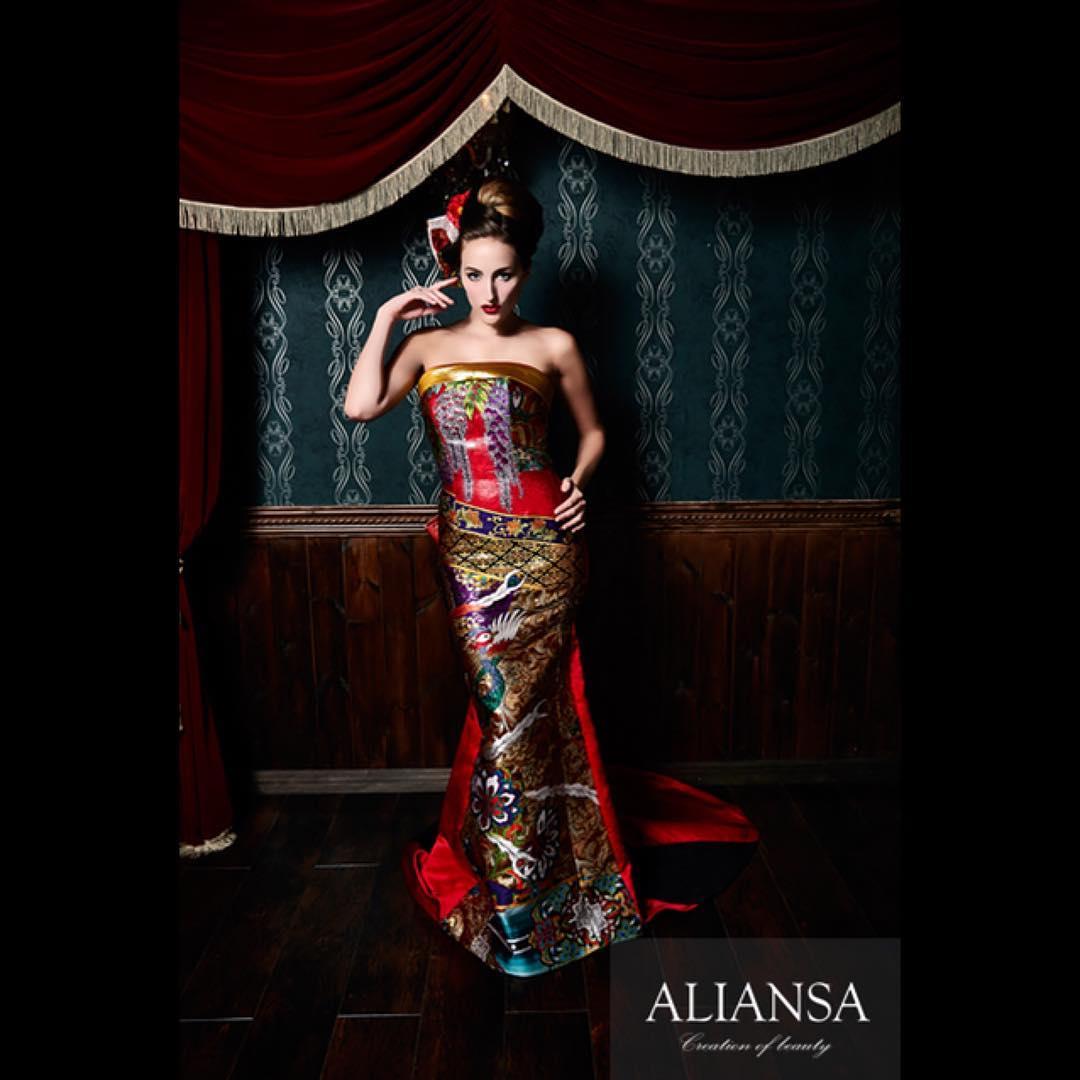 オリエンタルな柄が特徴のスレンダードレス ハッキリした色合いが特徴です。 胸元には藤の花、下側には鳳凰 全体的に光沢のある素材で、濡れている様にも見える不思議な素材です。