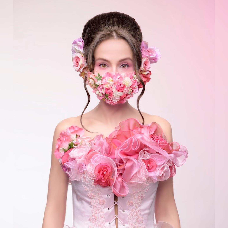 カラードレスと合わせて、お花畑マスク使ってみました❣️ 大注目間違いなし❣のマスクシリーズ 「お花畑をマスクにしたい」 と思って以前作ったピンクのビスチェに合わせてデザインしました ドレスのフリルとのコーデもカワイイでしょ マスクは @madonna