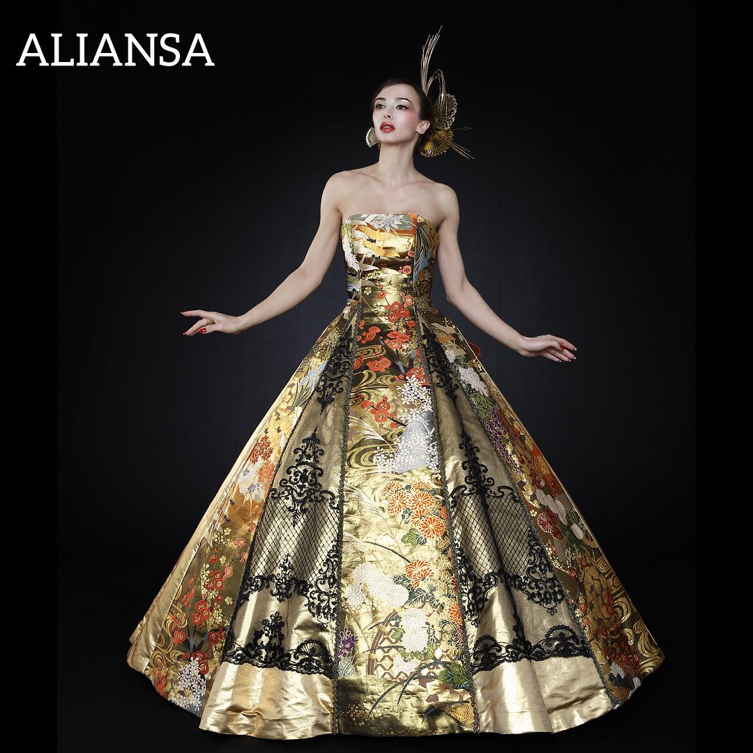 落ち着いた色合いの和ドレス ゴールドを使用しながら華美過ぎない 小さめのスパンコールのキラキラが、華やかさを添える
