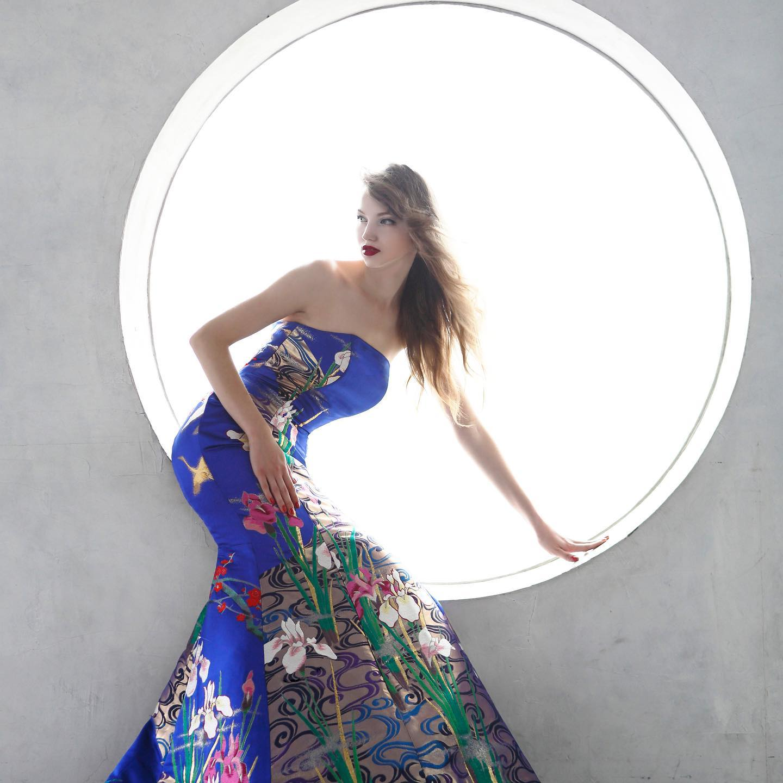 シンプルな円の背景がとても印象的なフォト❣️ ロイヤルブルーのマーメイドドレスは上から下までが一枚のアート